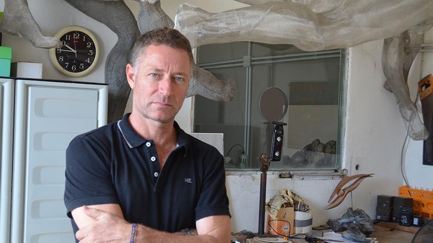 Manolo González, en su taller habitual de trabajo.