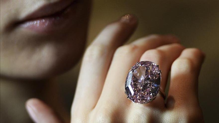 Venden diamante rosa de 60 quilates por 73,9 millones de dólares
