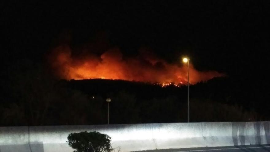 Los bomberos tratan de sofocar dos incendios de grandes dimensiones en Berango y Sopelana