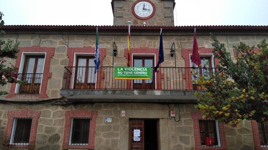 Pancarta colocada por Vox en el Ayuntamiento de Cervera de los Montes (Toledo)