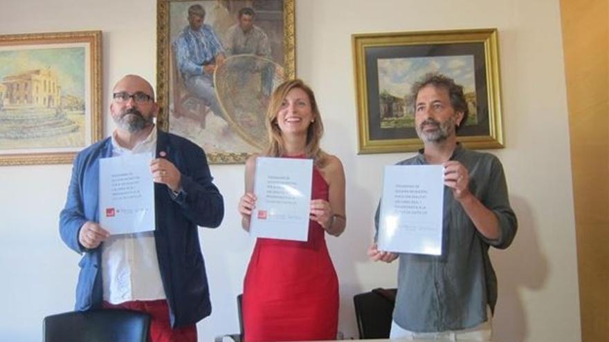 Los representantes de Compromís (Enric Nomdedéu), PSPV (Amparo Marco) y Castelló en Moviment (Xavi del Señor), durante la firma del Pacte del Grau en 2015