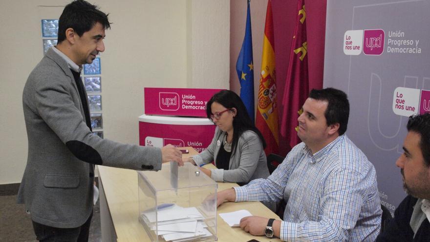 Rubén Juan Serna, votando en las primarias de UPyD del municipio de Murcia