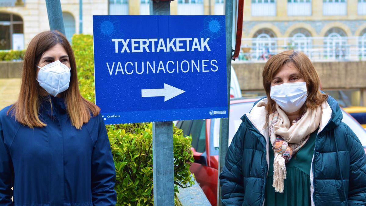 Pilar Garrido y Miren Gorrotxategi, este lunes, frente al hospital de Santiago