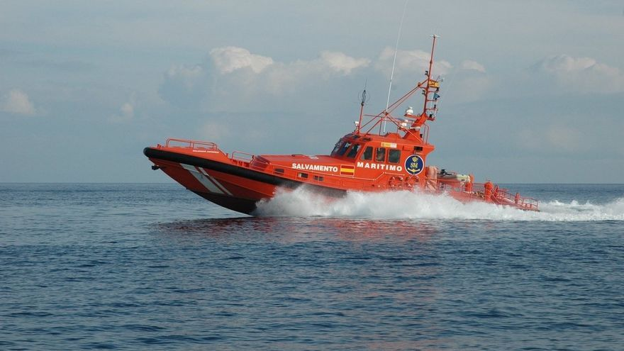 Rescatada una patera con 57 personas a bordo a varias millas al suroeste de la isla de Alborán