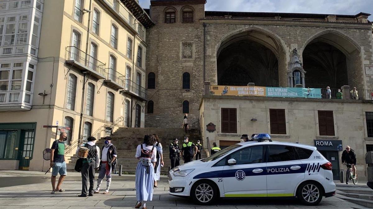 Agente de la Policía Local de Vitoria, a primera hora de este jueves, junto con algunos blusas en la Virgen Blanca