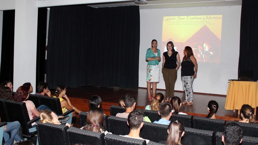 En la imagen, Milagros Álvarez (centro), con la alcaldesa de Los Llanos (izquierda), este jueves, antes de la conferencia en la Casa de la Cultura del muncipio.
