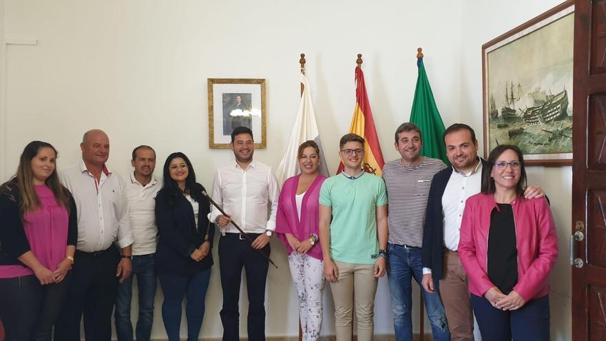 El alcalde de Barlovento, Jacob Qadri, tras la toma de posesión del cargo, con el grupo Popular.