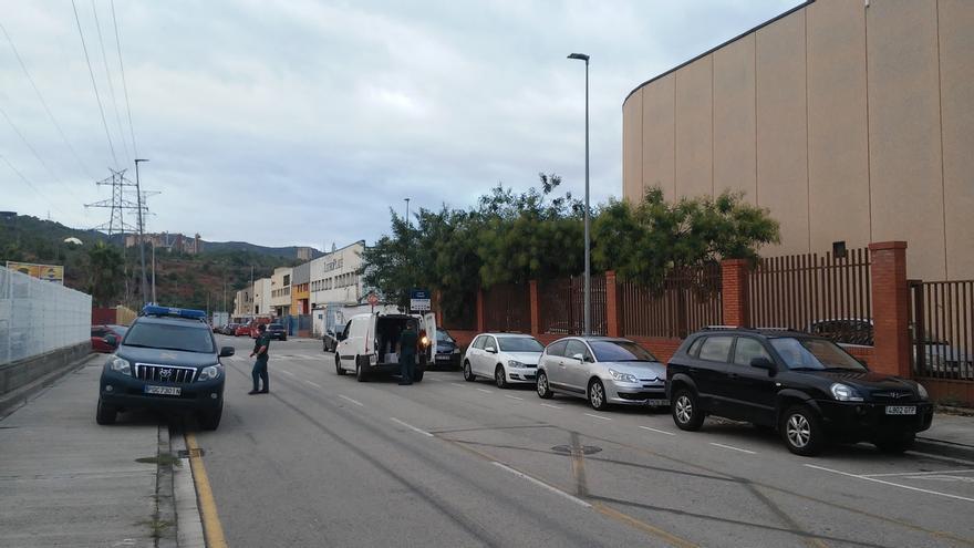 La Guardia Civil inspecciona furgonetas en los alrededores de varias imprentas de Sant Feliu (Barcelona)
