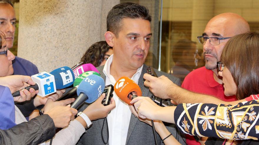 El senador castellonense de Compromís Carles Mulet atiende a los medios