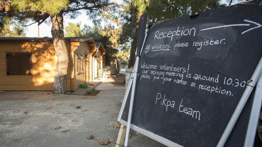 Bienvenida a los voluntarios y anuncio de la reunión de la mañana en Pikpa Camp, Lesbos / Foto: Olmo Calvo