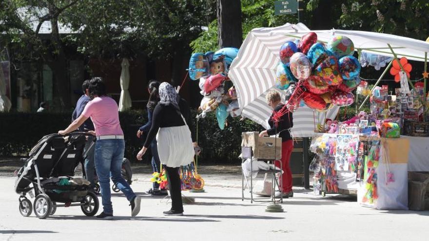 Varias mujeres pasean por un parque.