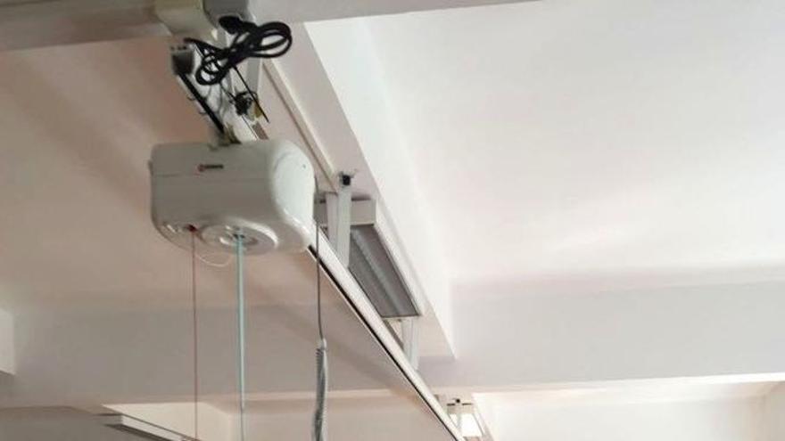 La consejera de Sanidad del Cabildo, Susana Machín (d), comprobó recientemente la instalación de la grúa de techo la sala de fisioterapia del Hospital de Dolores.