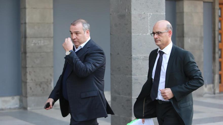 El empresario Miguel Ángel Ramírez junto a su abogado, José Antonio Choclán. (ALEJANDRO RAMOS)