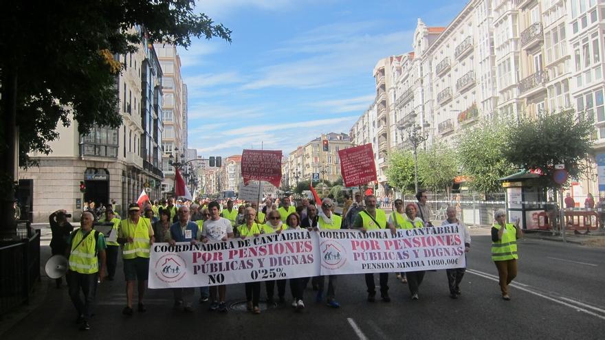 Varios cientos de personas participan en la manifestación de la Coordinadora en defensa de las Pensiones