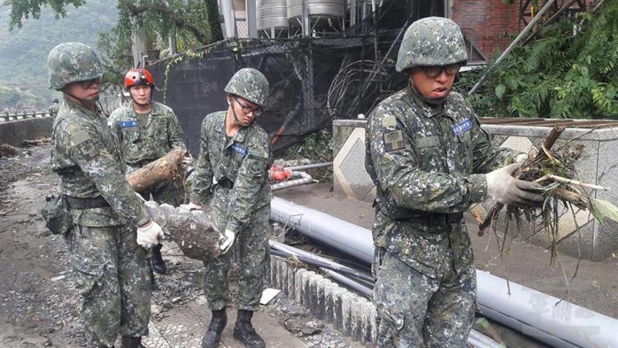 Al menos 27 desaparecidos en un corrimiento de tierras causado por el tifón Megi