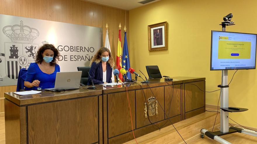 La delegada del Gobierno en Cantabria, Ainoa Quiñones (derecha) y la directora provincial de la Tesorería de la SS.SS, Eva Suárez, presentan 'Import@ss', el nuevo portal de la Seguridad Social