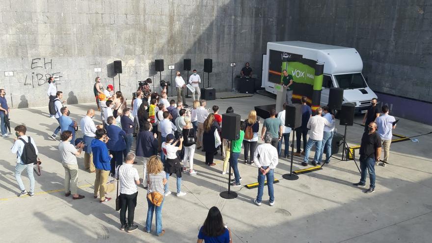 Vox homenajea a la Guardia Civil en Oñati en un acto que no ha reunido a más de 50 personas y entre gritos y abucheos