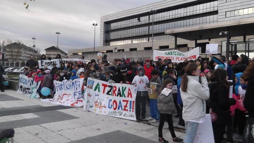 Un momento de la concentración de las plataformas contra la Lomce frente a la sede del Gobierno vasco.