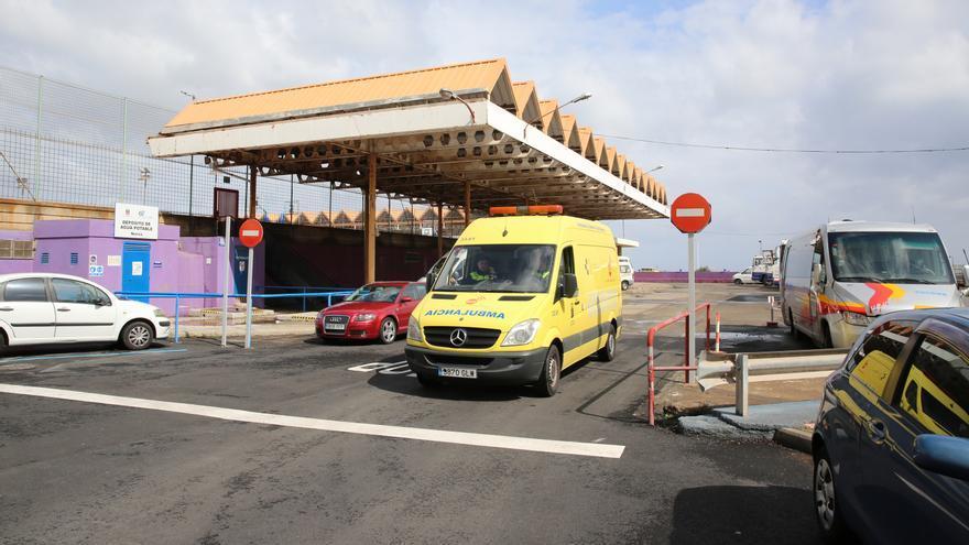 Ambulancia en la base de Narea en Telde
