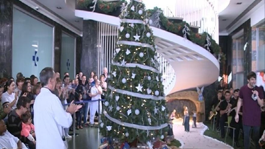 Niños ingresados en Cruces encienden las luces del Árbol de Navidad