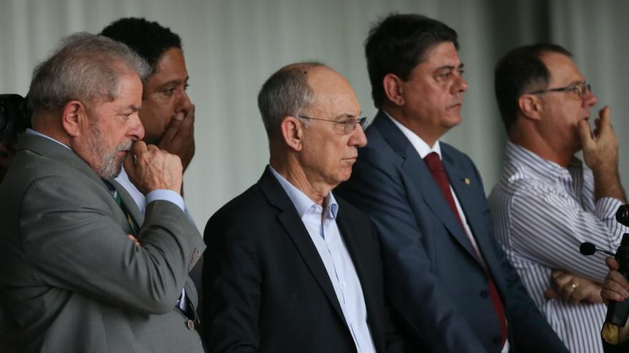 Wadih Damous, segundo por la derecha, y Lula da Silva escuchan la despedida de Dilma Rousseff, tras el veredicto de su juicio político, en agosto de 2016.