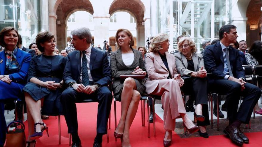 El presidente en funciones, Ángel Garrido, entre Soraya Sáenz de Santamaría y María Dolores de Cospedal. / Efe