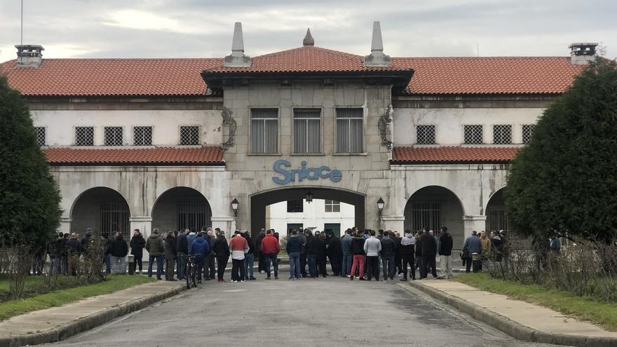 """Trabajadores de Sniace se concentran por el ERTE y no esperan """"ningún milagro"""" en la negociación"""