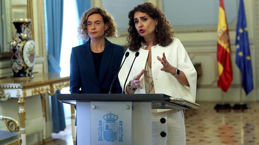La ministra de Hacienda, María Jesús Montero, con la de Administraciones Públicas, Meritxell Batet