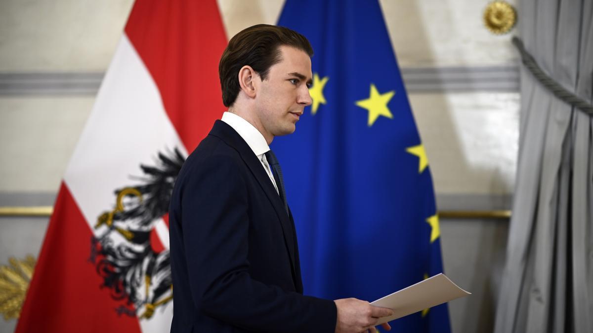 El canciller austríaco, Sebastian Kurz, llega a la rueda de prensa para anunciar su dimisión.