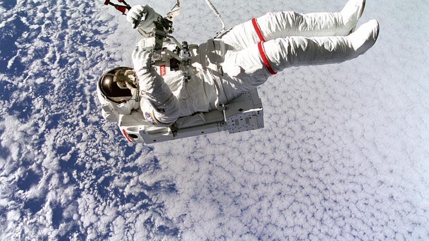 Un astronauta en el espacio / NASA on The Commons