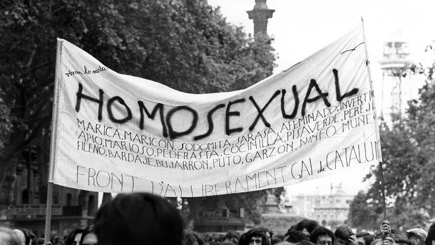 Una pancarta en la primera manifestación del orgullo gay permitida en España, en las Ramblas de Barcelona el 27 de junio de 1977