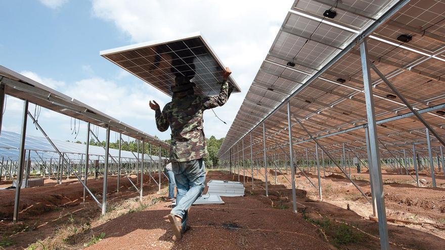 Instalación de placas solares. Foto: JEERASAK SOONRAI