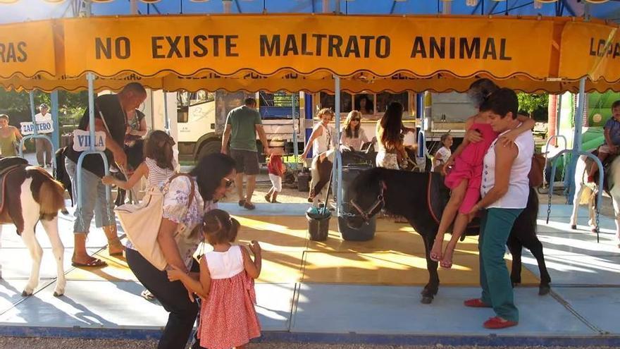 Carrusel con ponis en una feria de verano. Foto: Partido Animalista (PACMA)