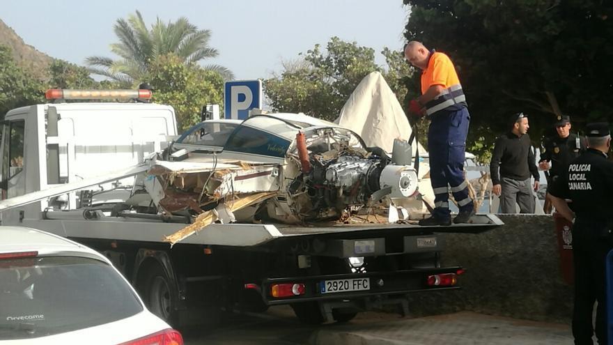 Operarios retiran los restos de la avioneta siniestrada