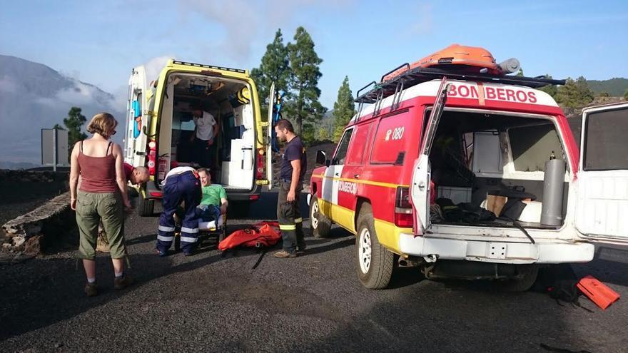 El senderista, una vez trasladado por los bomberos a zona segura, el personal de una ambulancia del SUC lo estabilizó y trasladó al Hospital. Foto: BOMBEROS LA PALMA..