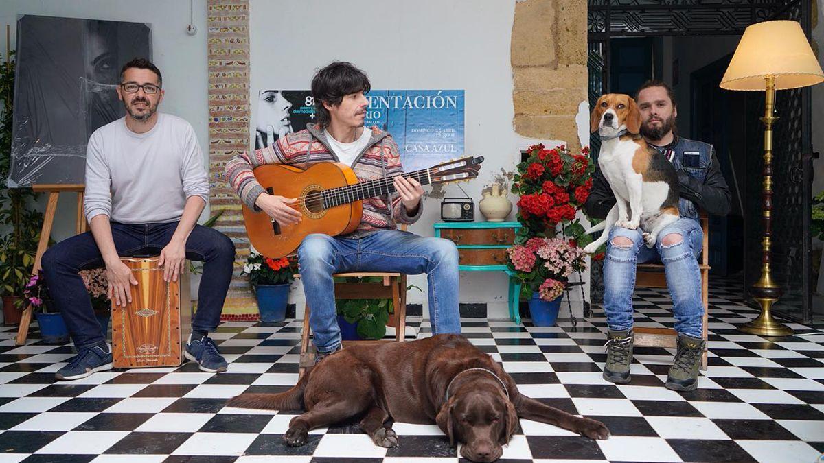 Luis Dávila en la Casa Azul con Luis Dorado y Raúl Micó.