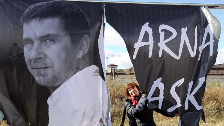 La pancarta de Otegui rota por el viento, durante el acto celebrado en enero del pasado año. / Efe