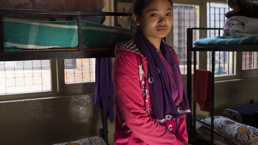 Phulsani Tamang fue vendida con 11 años. Un hombre llegó a su aldea prometiéndole trabajo y la vendió a un burdel en la India, donde la obligaban a acostarse con tres hombres al día. Si se negaba, la maltrataban. Tras 6 meses en el prostíbulo, fue rescatada por la policía y llevada a una de las casas de acogida de Maiti Nepal y Ayuda en Acción, donde se inició su proceso de rehabilitación y reinserción. Ahora tiene 18 años, ha recuperado su vida y trabaja en uno de los salones de belleza más prestigiosos de Katmandú. A pesar de ello, vivirá con unas secuelas que jamás conseguirá borrar. Foto: Ayuda en Acción / Ofelia de Pablo y Javier Zurita
