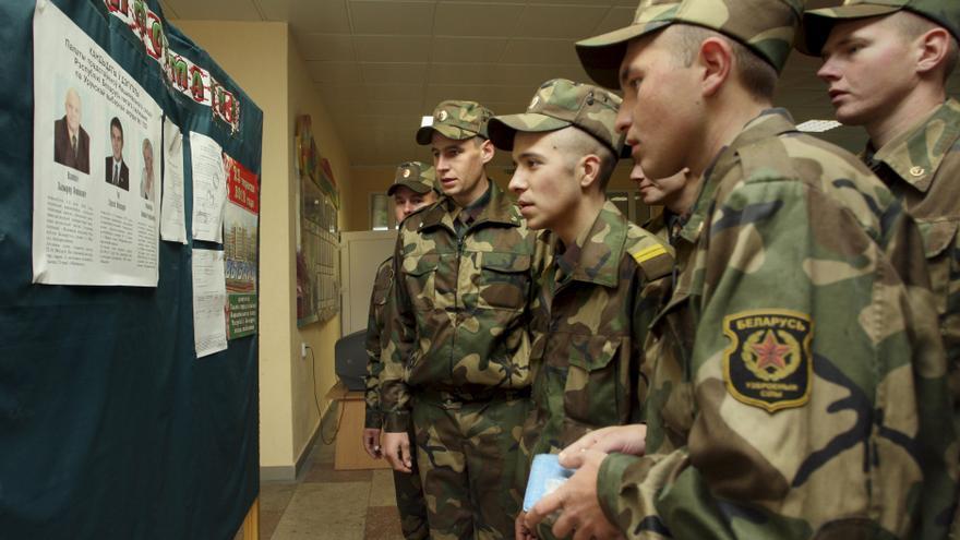 Soldados bielorrusos, en un colegio electoral de Minsk en las elecciones parlamentarias del 23 de septiembre. Foto: Efe.