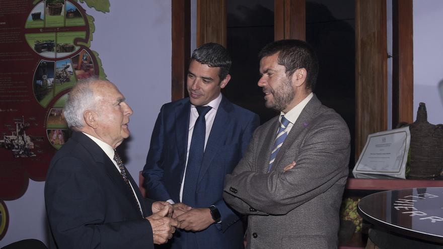 Cayo Armas, junto al consejero Narvay Quintero (centro) y al vicerrector Francisco Javier García, este lunes en La Frontera