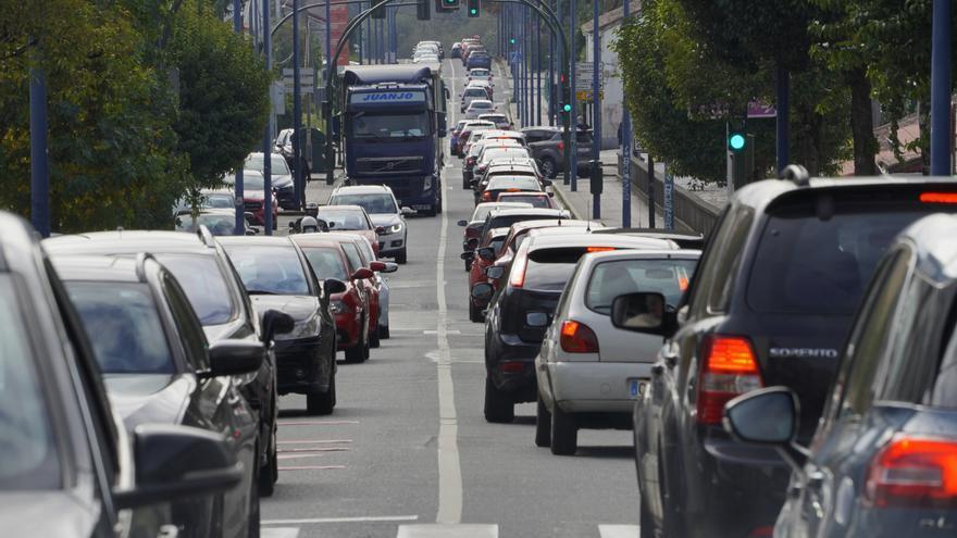 Atasco de tráfico en la salida de Santiago de Compostela dirección sur (Pontevedra y Vigo), el 30 de octubre de 2020.