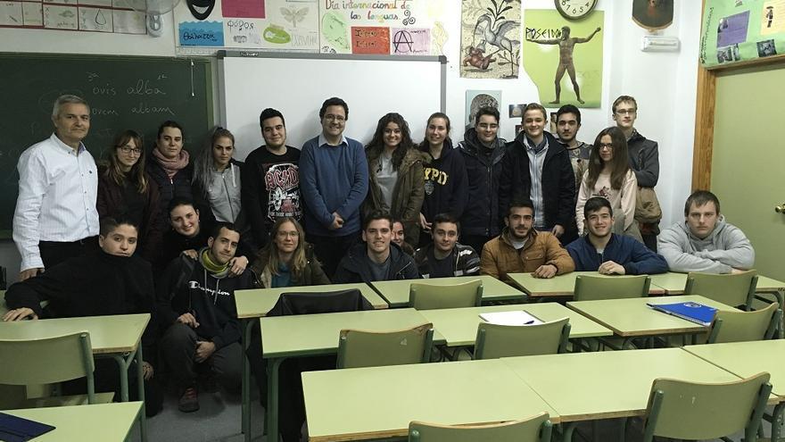 Javier Cabrera (izq.), junto a  alumnos y profesorado en el IES Alquibla