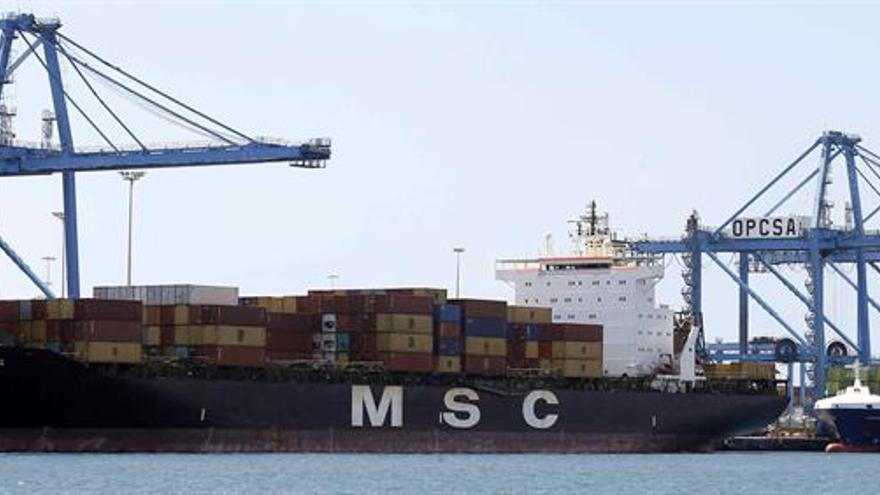 Dos barcos esperan en la terminal de contenedores del puerto de Las Palmas bajo las grúas paralizadas por la primera jornada de huelga de los estibadores.
