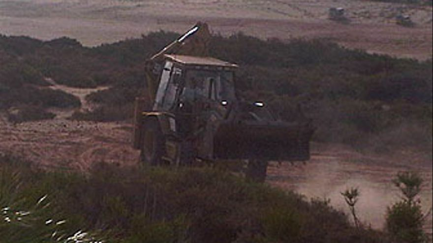 Un tractor realiza movimientos de tierra en plena zona potegida de jable, en Playa de La Barca (Pájara).