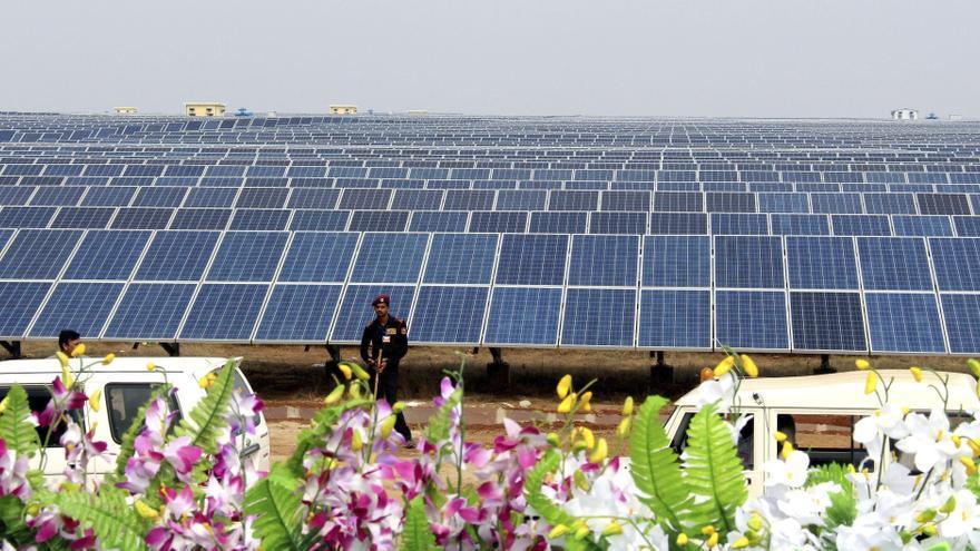 Vista general de los paneles solares en la planta de energía solar de Bhagwanpur, en el distrito Neemuch en Madhya Pradesh (India) / SANJEEV GUPTA