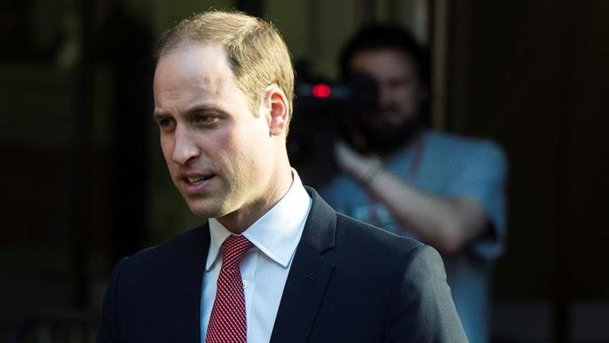 """El duque de Cambridge reconoce los """"tristes"""" momentos de su trabajo como piloto de ambulancia"""