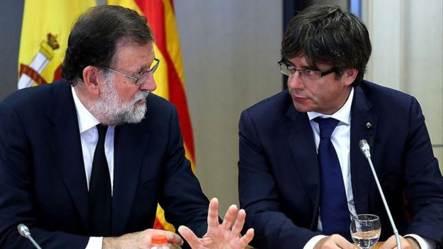Mariano Rajoy, junto al Carles Puigdemont. (EFE).
