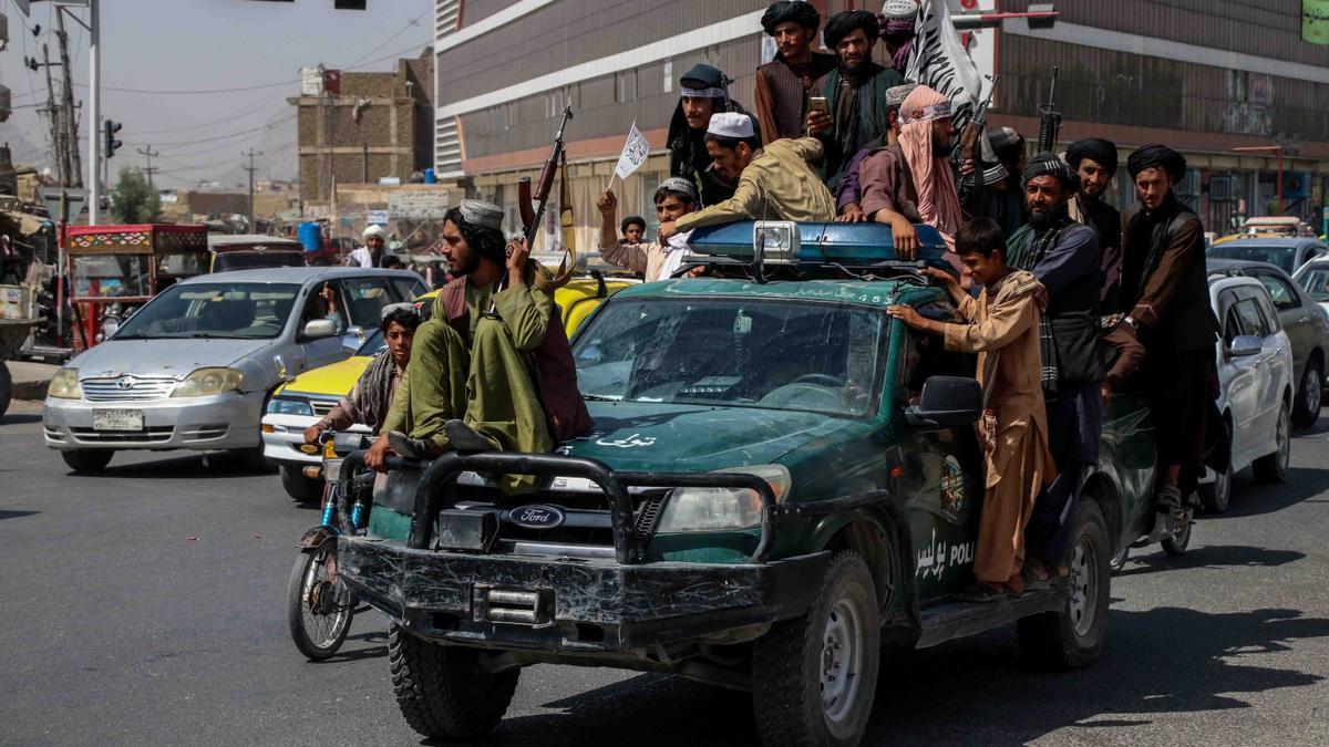 Combatientes talibanes se reúnen para celebrar la retirada de las fuerzas estadounidenses en Kandahar.