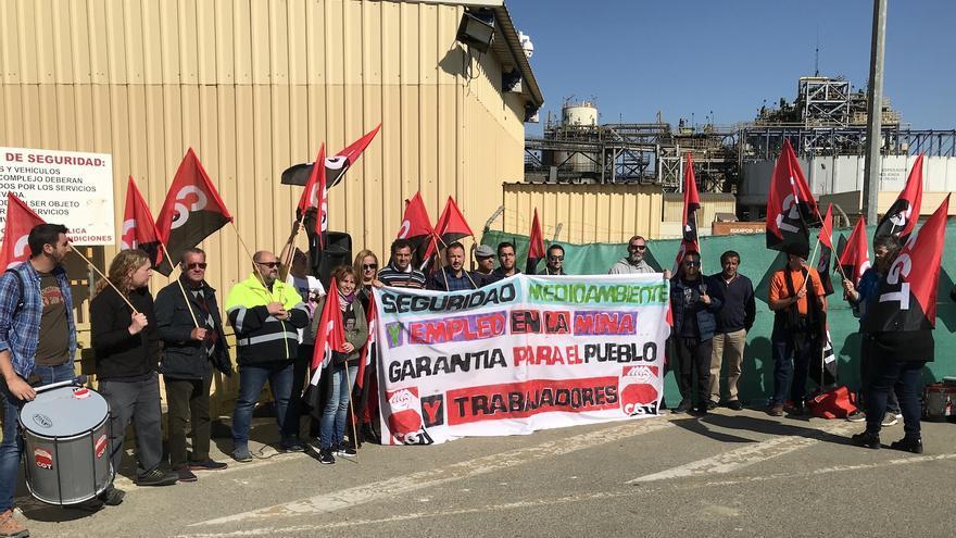 Los trabajadores iniciaron ayer movilizaciones a las puertas de la mina.