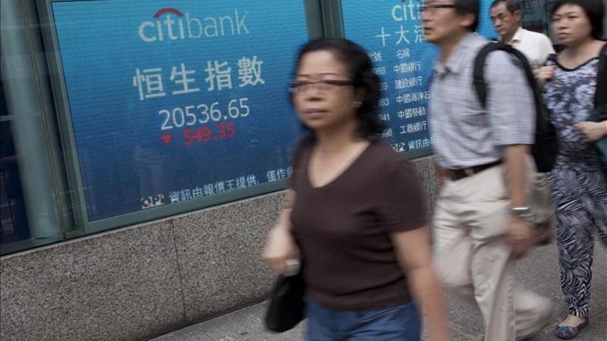 El índice Hang Seng baja un 0,59 por ciento, o 134,50 puntos, a media sesión